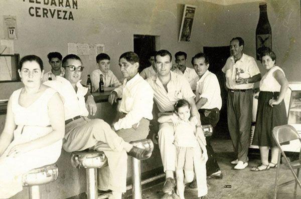 Santi, tercero por la derecha, en la cafetería del Hotel Euskalduna (Venezuela)