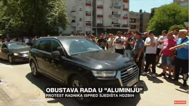 """Razočarani radnici Čovića gađali flašicama i uzvikivali """"lopove, lopove"""" (VIDEO)"""