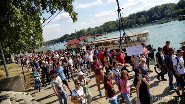 Protest na savskom keju: Reka se ne vidi od splavova, a savski kej je postao ruglo