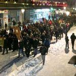 Građani bacaju kamenje, policija suzavac; Demonstranti krenuli ka rodnoj kući Mila Đukanovića (VIDEO)