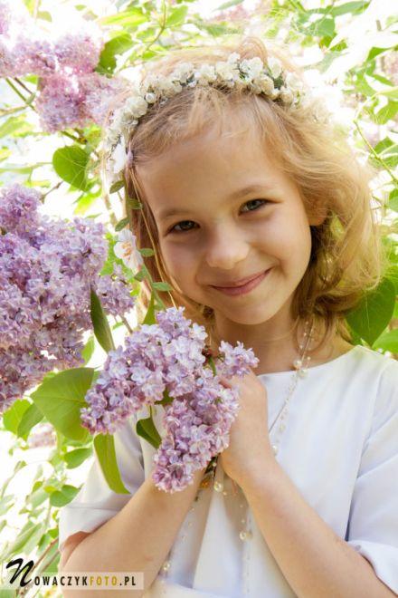 Sesja komunijna w plenerze z kwiatami bzu