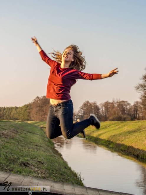 Młoda dziewczyna skacze na moście
