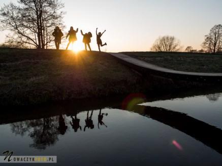 Dziewczyny na moście przy zachodzie słońca