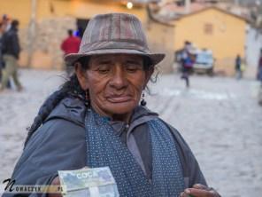 Kobieta sprzedaje liście koki.