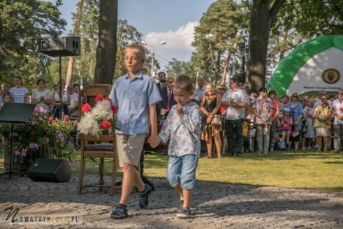 Dzieci składają wieniec pod pomnikiem Łączniczek AK w Józefowie