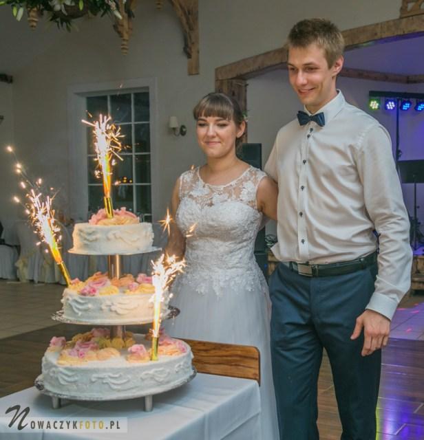 Zdjęcie weselne Klaudyny i Adama z tortem w Otwocku