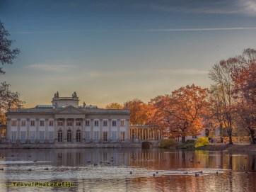 Pałac na wodzie w Łazienkach Królewskich, obok jesienne drzewa
