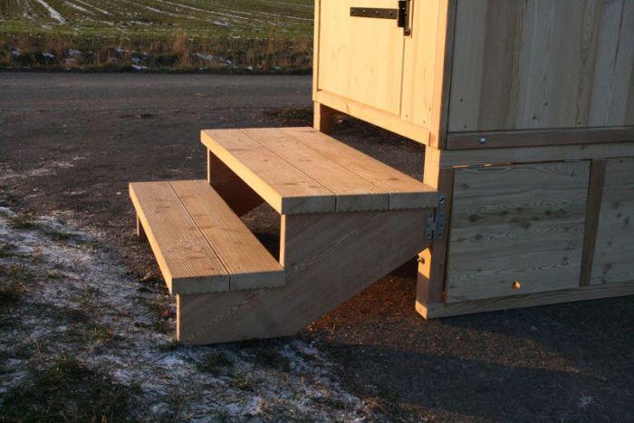 Podest und Treppe. Komposttoilette mit Biolan, Modell 'Wald' Standard