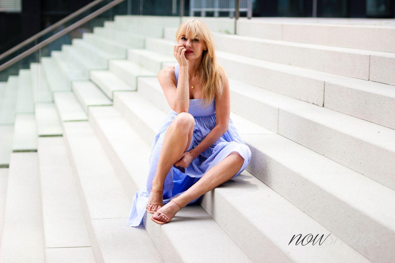 Feminine Maxikleider für den Sommer - Nowshine im Maxikleid von H&M - Modeblog ü40