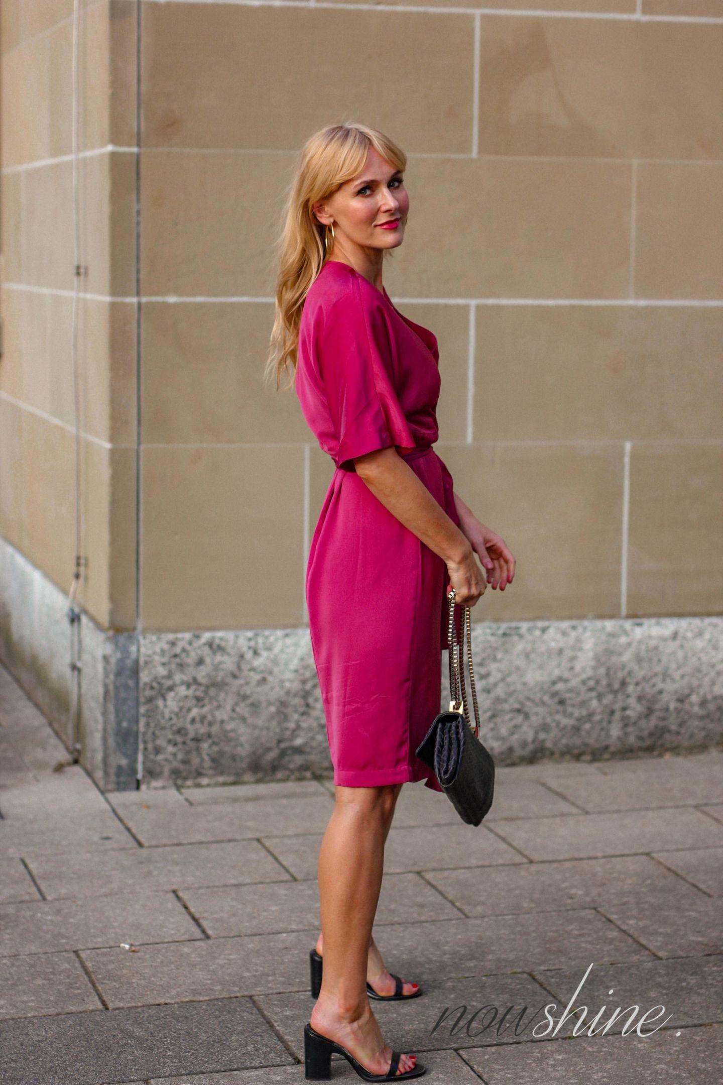 Nowshine trägt ein Wickelkleid von Edited - Wrap Dress