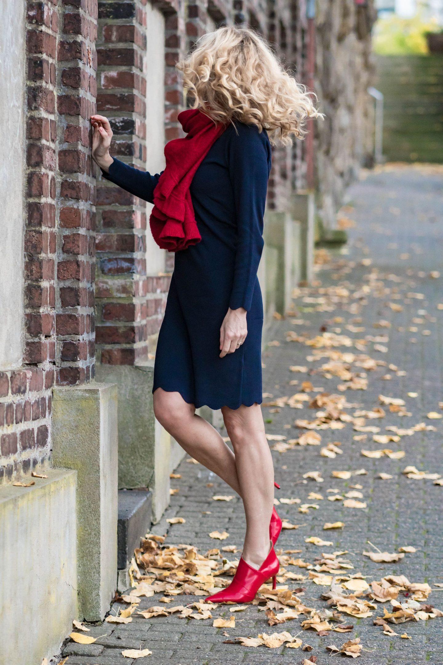Ouftit_Weihnachtsfeier-Dresscode_festlich-Firmenparty-Büro-Strickkleid-Bonita-Rot_Blau_kombinieren