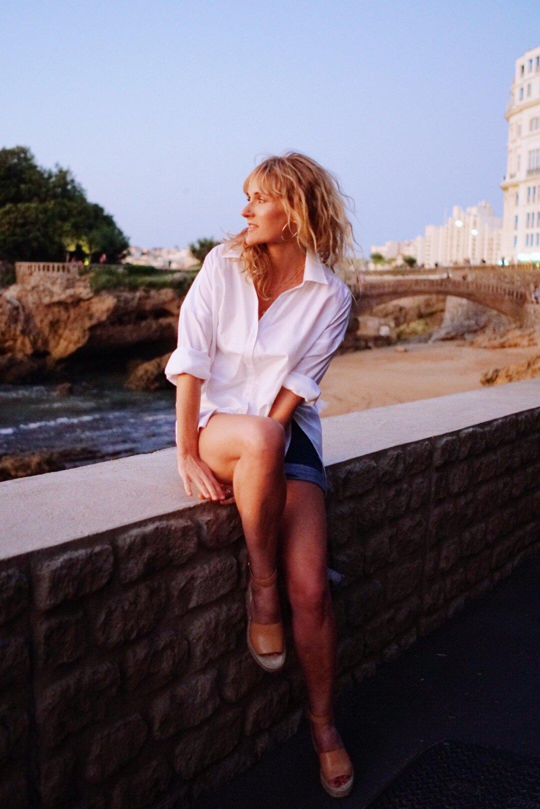 Sommerlook mit weißem Hemd, Jeans-Shorts und Plateausandalen, Nowshine in Biarritz, Sommer 2019