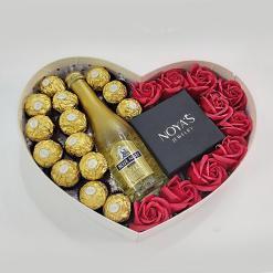 מארז לב עם פרחים פררו רושה ושמפניה