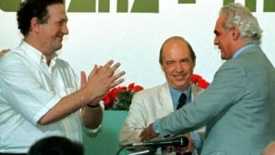 Photo of 18 Ιανουαρίου 1996: Ο Κώστας Σημίτης κερδίζει τον Άκη και αναλαμβάνει την ηγεσία του ΠΑΣΟΚ
