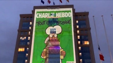Photo of Η απάντηση του Μακρόν: Σκίτσα του Charlie Hebdo σε κυβερνητικά κτήρια