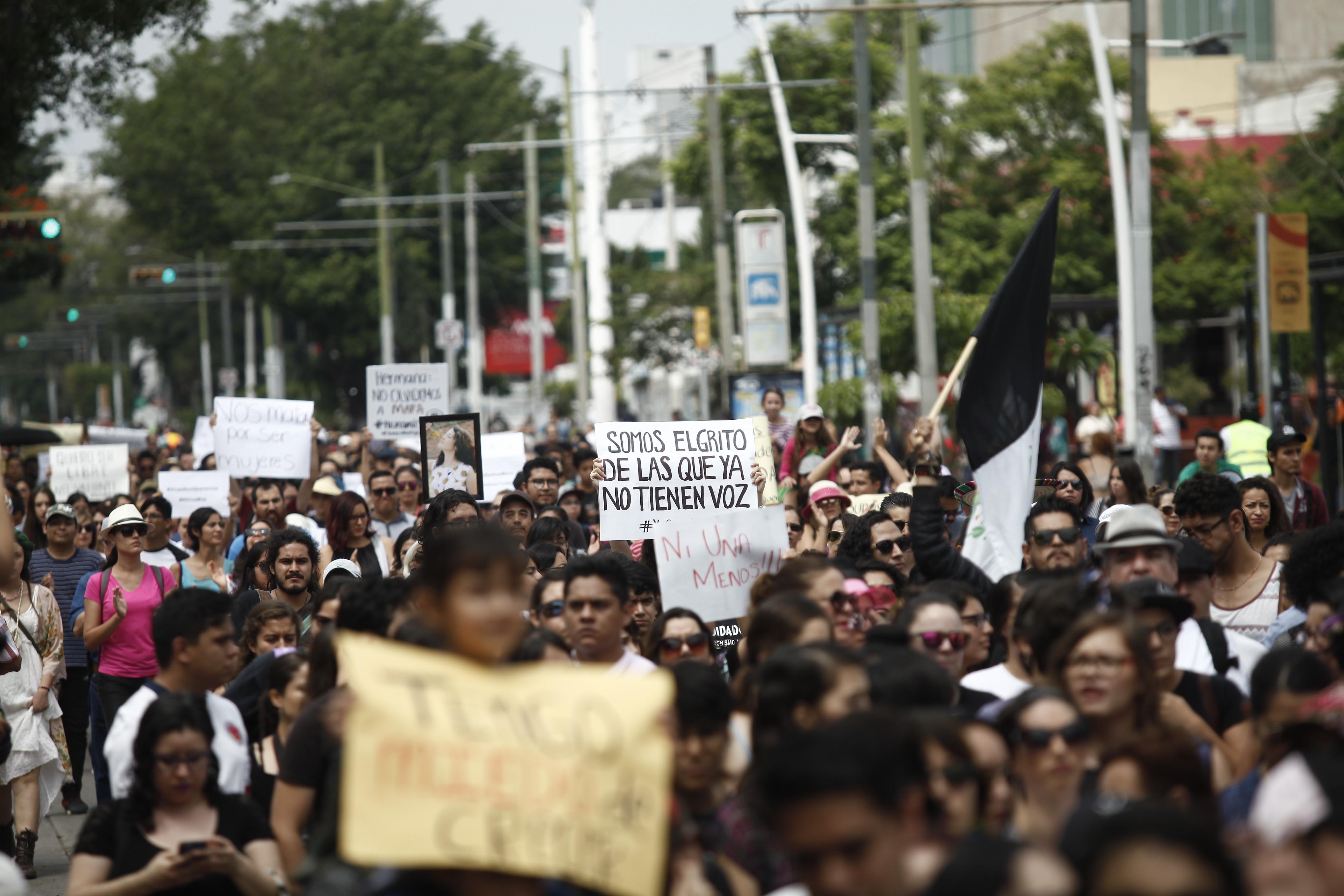 Enojo. Mujeres en su mayoría recorrieron la Vía RecreActiva para legar a Plaza Liberación.