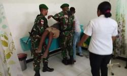 Satgas Pamtas RI-RDTL, Bantu Evakuasi Korban Kecelakaan Motor