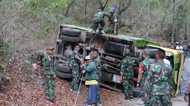 Mobil Warga Terjungkal, Anggota Mako Satgas Pamtas RI-RDTL Yonif Bantu Evakuasi