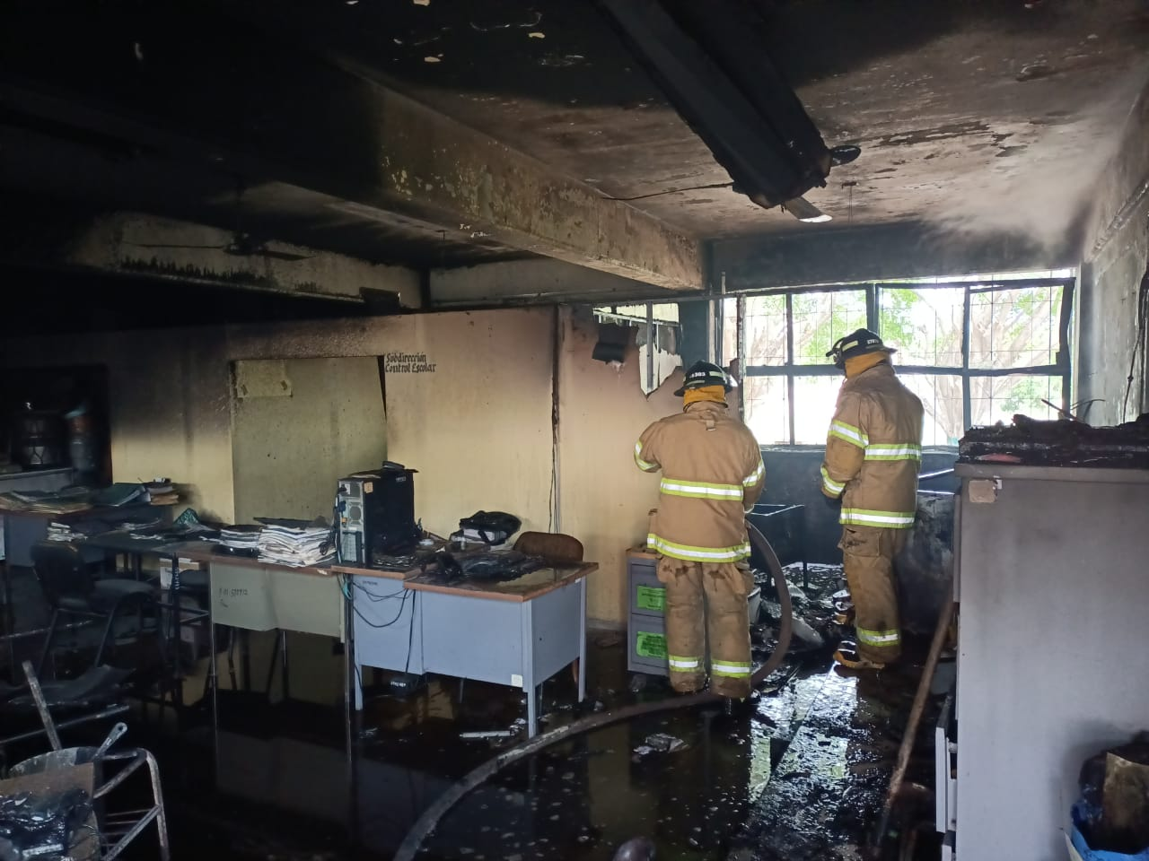 FOTOS: Se incendian tres aulas del CECyTEN de Las Varas
