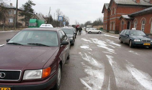 Taksometru šoferi vēlas kārtību dzelzceļa stacijas teritorijā