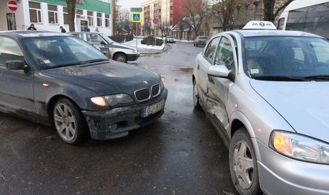 Divu automašīnu sadursme pie pasta Tukumā