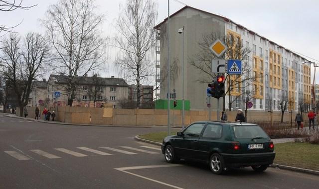 Vai blakus daudzdzīvokļu mājām jādzīvo tumsā?