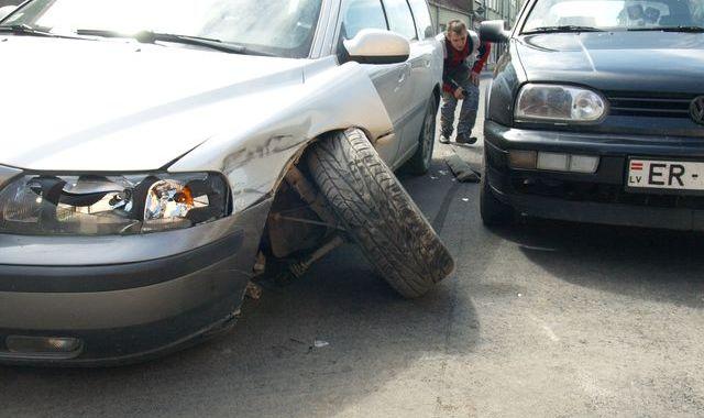 Lielajā ielā automašīnai VOLVO nolūzt ritenis /Papildināts/