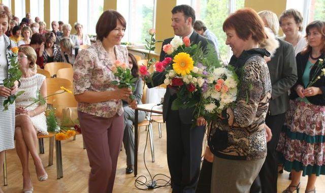 Ziedi un pateicības skolu vadītājiem