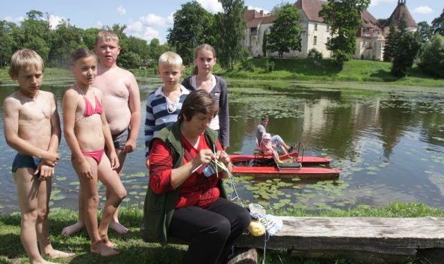 Peldētājus Jaunpils dzirnavu ezerā – pieskata!