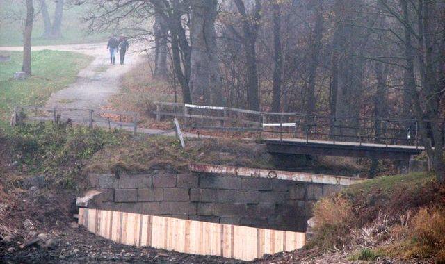 Rekonstruē Jaunpils dzirnavu dīķa slūžas