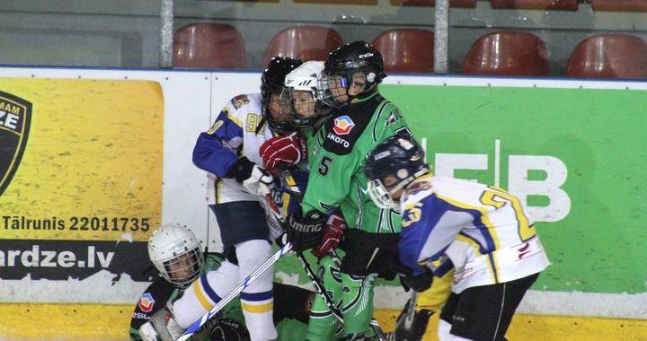 Jaunie hokejisti cīnās ar mainīgām sekmēm