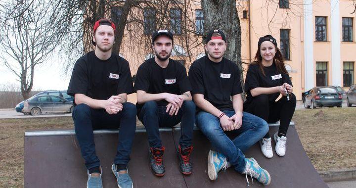 Četri brīvprātīgie Kandavas jauniešu centrā «Nagla»