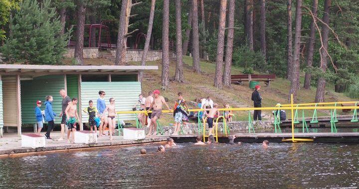 Atjaunota Kandavas peldvieta Teteriņu ezerā