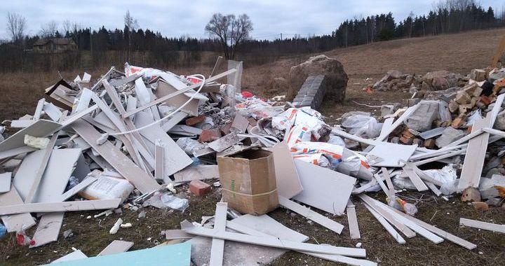 Pļava pie Šlokenbekas pārtop par bīstamo atkritumu izgāztuvi