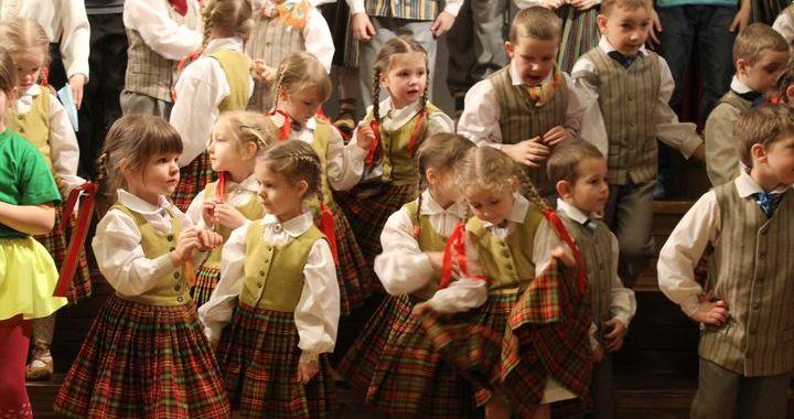 Pirmsskolas bērnu dziesmu un deju festivālā Pūrē /FOTO/