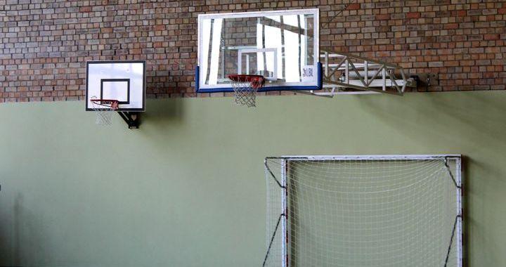 Jaunpils sporta namā – jauna basketbola grozu piekares sistēma