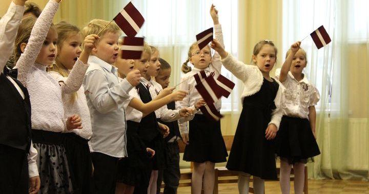 Valsts svētku svinības Slampes bērnudārzā /FOTO/