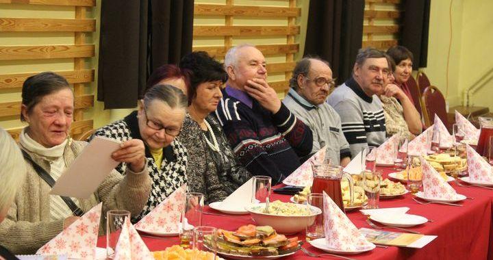Viesatu pensionāriem svētkus sagādā novada vadība /FOTO/
