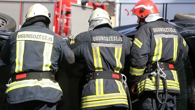 Ugunsgrēkā cietis ugunsdzēsējs