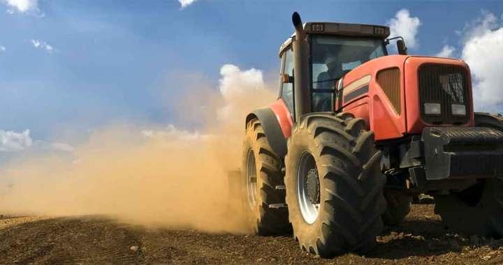 Dzērumā un pie traktora stūres