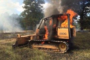 Dedzina kūlu un deg buldozers