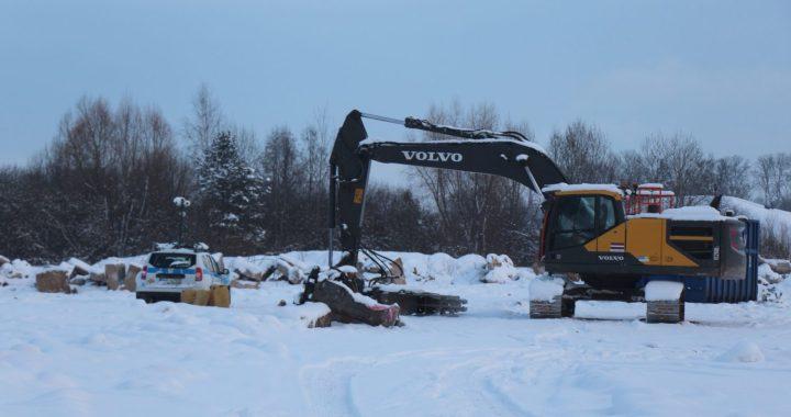 Pauzera pļavā demontē būvkonstrukcijas
