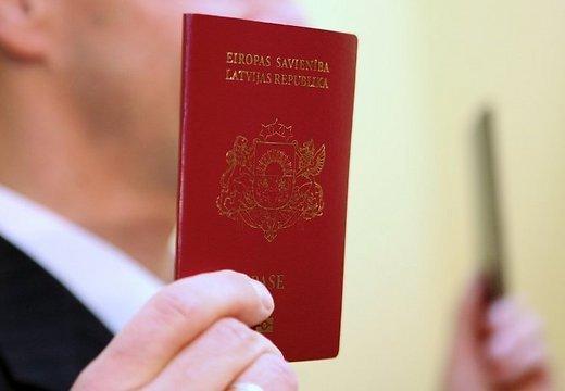 Pieaug Latvijas pilsonībā uzņemto ārzemnieku skaits