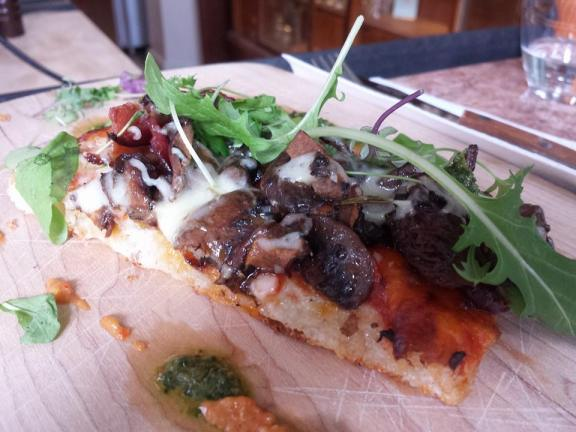 Pizza aux champignons sauvages, bacon, cheddar, sauce tomate et huile de truffe