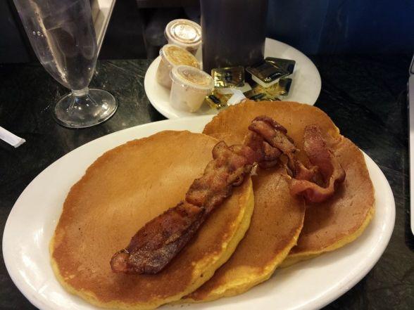 Pancakes aux patates douces (9$) et un extra bacon (3$) et ses petits beurre
