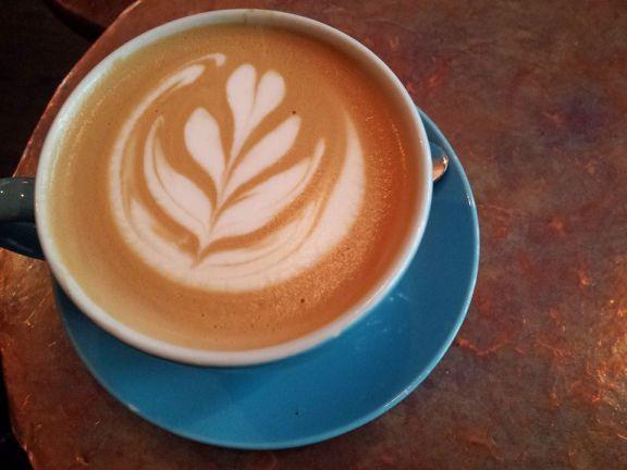 Petit latté et sa tasse bleu (4,50$)