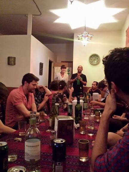 25 personnes à table