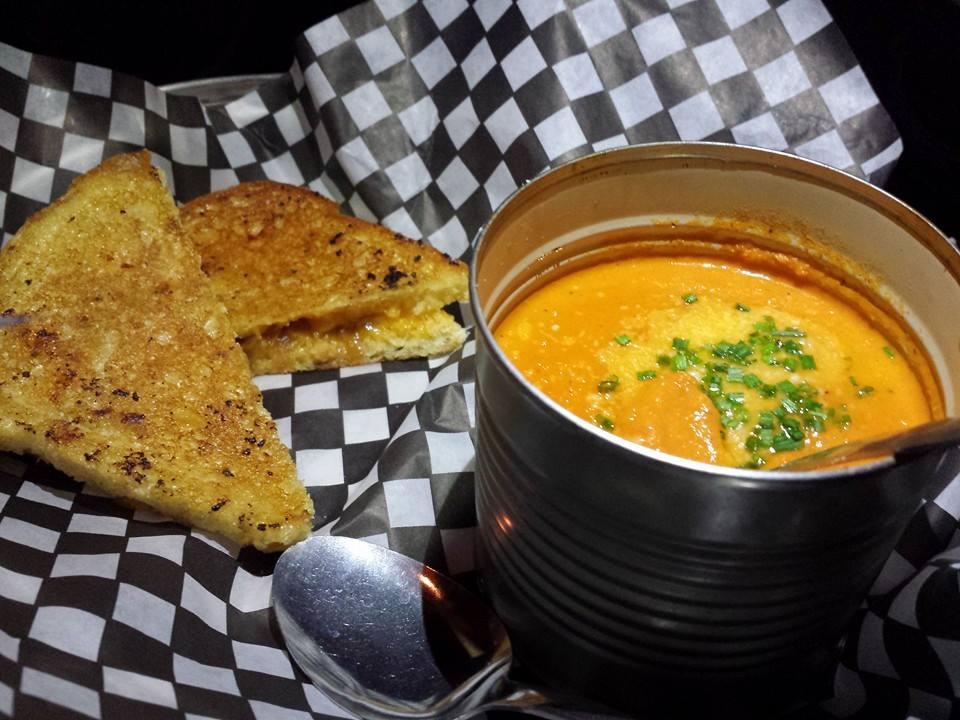 Grilled cheese aux lardons, cheddar fort et oignons caramélisés avec une sauce tomate fromagée