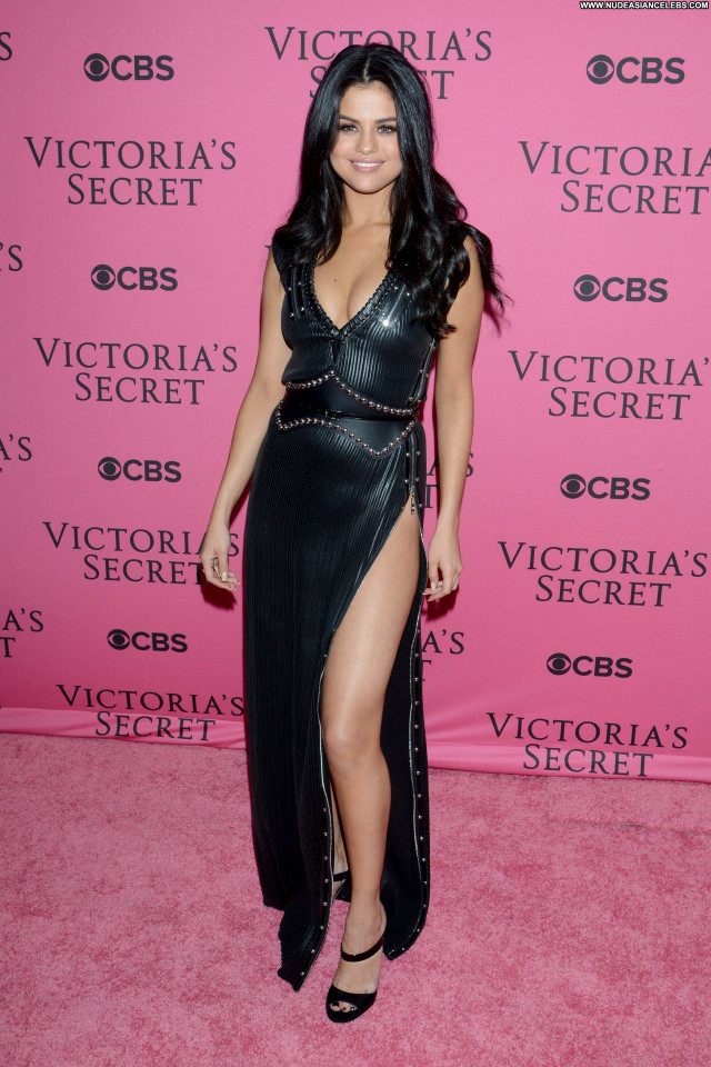 Selena Gomez Fashion Show Fashion Sexy Cleavage Beautiful American