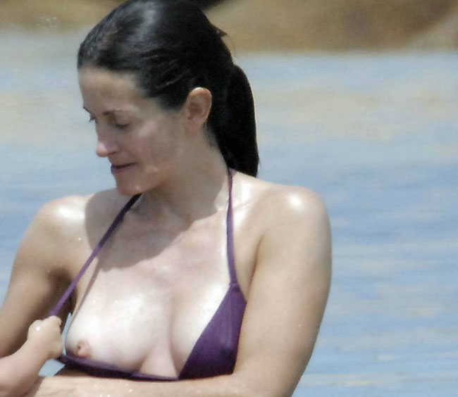courteney cox nipslip at the beach